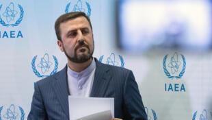 الممثل الدائم لإيران لدى الأمم المتحدة كاظم غريب عبادي خلال مؤتمر صحفي في فيينا يوم 10 يوليو 2019