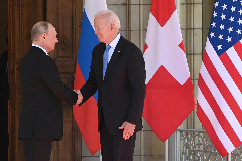 تصافح الرئيسان الأمريكي جو بايدن والروسي فلاديمير بوتين مع بدء أول قمة بينهما في جنيف، يوم الأربعاء 16 يونيو 2021