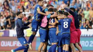 لاعبون من كوسوفو يحتفلون عقب الفوز على التشيك في تصفيات بطولة أوروبا لكرة القدم 2020