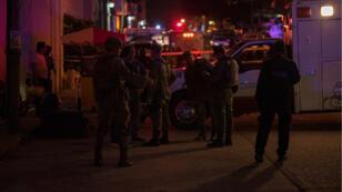 رجال الشرطة يطوقون مكان الحادث