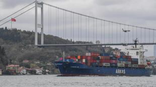 سفينة تبحر عبر مضيق البوسفور في 23 أبريل 2021 في اسطنبول في طريقها إلى البحر الأسود.