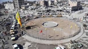 تجمع لمقاتلين من قوات سوريا الديمقراطية في ساحة نعيم في مدينة الرقة