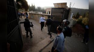 قوات إسرائيلية تغلق بوابة مدرسة فلسطينية قرب نابلس بالضفة الغربية يوم الاثنين
