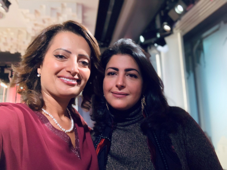الفنانة التشكيلية أمال الزهراني (يمين) برفقة الإعلامية إيمان الحمود