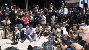 الصحافيون في انتظار رنالدو أمام المحكمة في ضاحية بوزيولو القربية من مدريد ( أ ف ب)