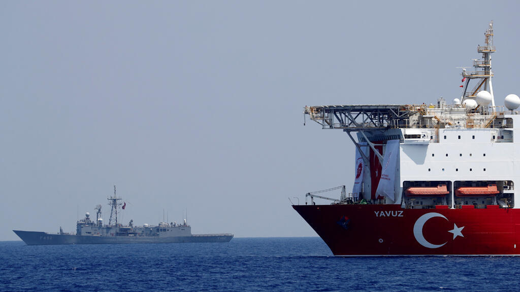navire-forrage-petrole-turq