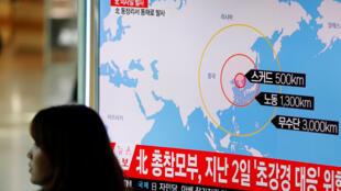 شاشة في محطة قطار تعرض تقريرا عن إطلاق صورايخ كورية شمالية في المنطقة الاقتصادية البحرية اليابانية