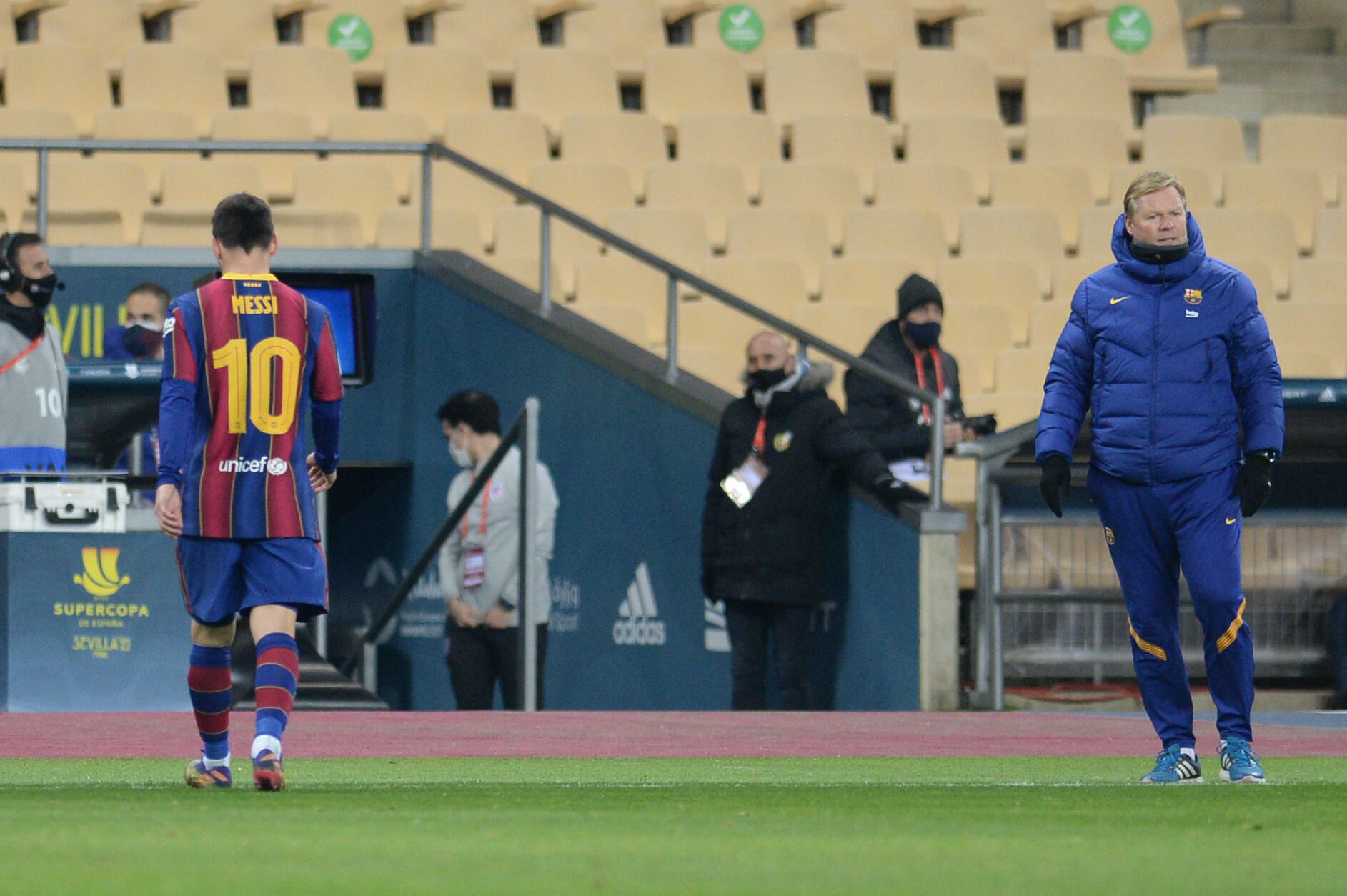 ليونيل ميسي قائد برشلونة بعد طرده خلال مباراة برشلونة وأتليتيك بيلباو في نهائي كأس السوبر الإسبانية لكرة القدم يوم الأحد 17 يناير 2021