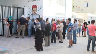 توافد التونسيين على مكاتب الاقتراع