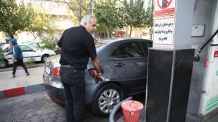 رجل إيراني يزوّد سيارته بالوقود