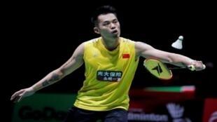 لاعب الريشة الطائرة الصيني لين دان خلال مباراة بالهند