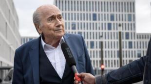 الرئيس السابق للاتحاد الدولي لكرة القدم (الفيفا) ، سيب بلاتر ، يتحدث إلى أحد الصحفيين أثناء وصوله إلى مبنى مكتب المدعي العام السويسري يوم 1 سبتمبر / أيلول 2020 في مدينة برن.