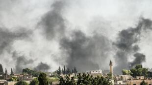 القوات التركية تقصف بلدة على الحدود السورية يوم 10 أكتوبر 2019