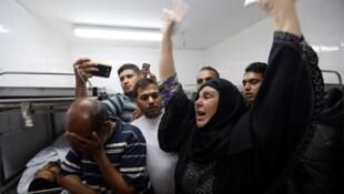/ فلسطينيون يبكون أبنائهما
