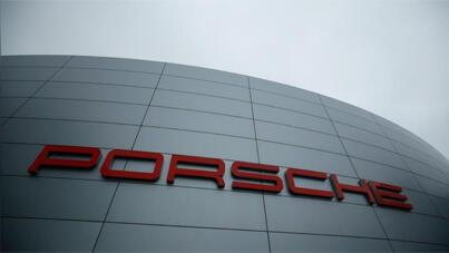 شعار سيارات بورش على مبنى الشركة الألمانية