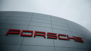 / شعار سيارات بورش على مبنى الشركة الألمانية