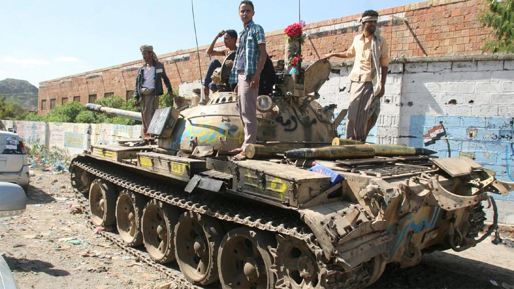 دبابة تقل عناصر تابعة للحكومة اليمنية تتجه إلى مدينة تعز (16-11-2015)