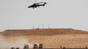 هليكوبتر عسكرية تركية من القوات التركية والأميركية من دورية مشتركة بين الولايات المتحدة وتركيا في شمال سوريا