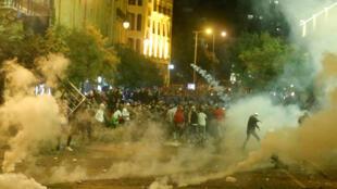 قنابل مسيلة للدموع خلال تظاهرات في بيروت، لبنان
