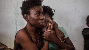 مهاجرتان نيجيريتان تبكيان في ليبيا