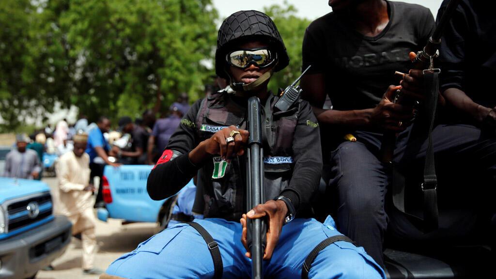 """أحد أفراد الميليشيات المحلية المعروف باسم """"بابا غانا"""" أثناء دورية في مدينة مايدوغوري، شمال نيجيريا"""