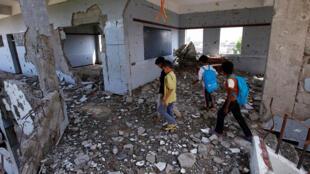 أطفال يعودون إلى مدرستهم بعد تعرضها لقصف من قبل التحالف بقيادة السعودية في اليمن 24-10-2017