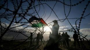 شاب يحمل العلم الفسلطيني في غزة