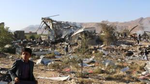 طفل يمني ينظر إلى الأضرار التي لحقت بالمنازل بعد غارة جوية للتحالف في صعدة