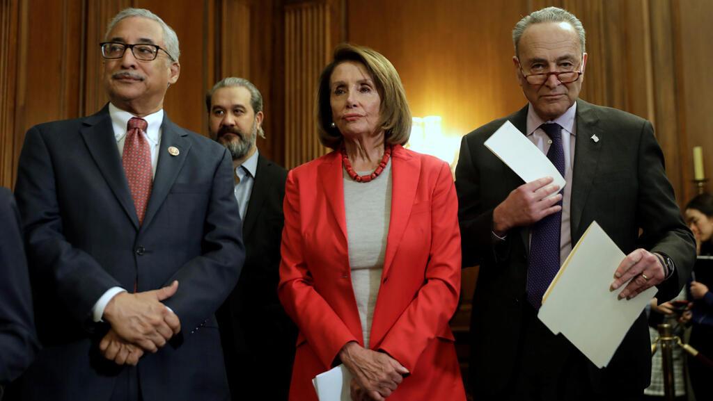 رئيسة مجلس النواب الأمريكي مع زعيم الأغلبية في مجلس الشيوخ تشاك شومر