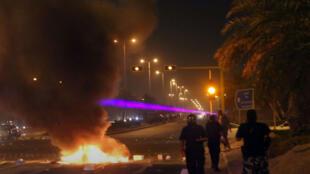 قوات الأمن تتصدى لمتظاهرين في مدينة الكويت يوم 6 يوليو 2014-