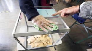 تعقيم صندوق اقتراع في الانتخابات البلدية