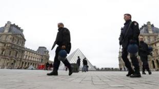 عناصر من قوات الشرطة أمام متحف اللوفر في باريس