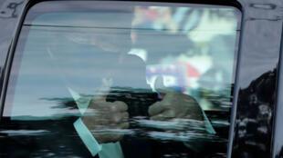 دونالد ترامب يركب سيارة ليحي أنصاره أمام المستشفى العسكري الذي يعالج من فيروس كورونا يوم 4 أكتوبر2020