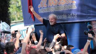 الرئيس البرازيلي السابق لويس إيناسيو لولا دا سيلفا يحمله أنصار أمام نقابة عمال المعادن في ساو برناردو دو كامبو