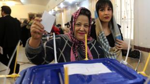 ناخبتان تدليان بصوتهما في الانتخابات التشريعية الإيرانية