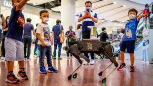 كلب آلي لتعقيم أيدي الأطفال في تايلاند