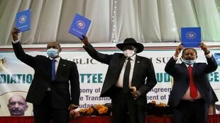 رئيس المجلس السيادي السوداني اللواء عبد الفتاح البرهان ، ورئيس جنوب السودان سلفا كير ، ورئيس الوزراء السوداني عبد الله حمدوك يرفعون نسخ اتفاق سلام موقع مع الجماعات المتمردة الخمس الرئيسية في البلاد