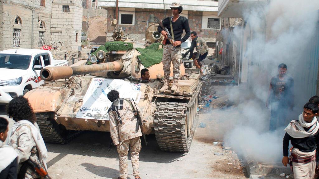 مقاتلون مؤيدون للحكومة يتجمعون بجانب دبابة  في مدينة تعز جنوب غرب اليمن