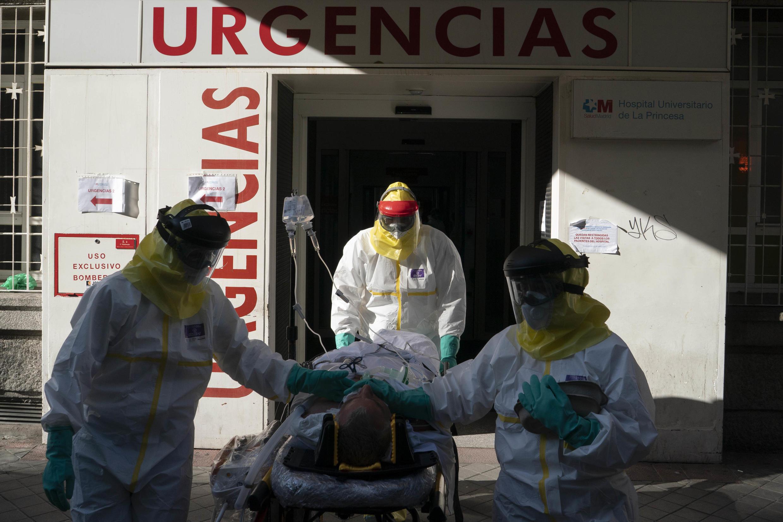 استقبال المصابين بكورونا في مستشفى بإسبانيا