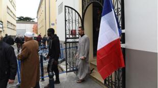أمام مسجد بوردو 13 تشرين الثاني/نوفمبر 2013
