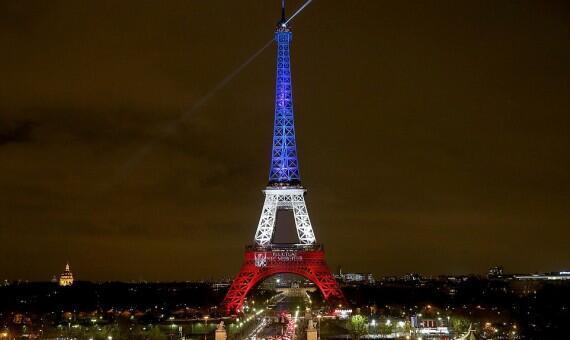 برج إيفل يضاء بالعلم الفرنسي بعد هجمات باريس