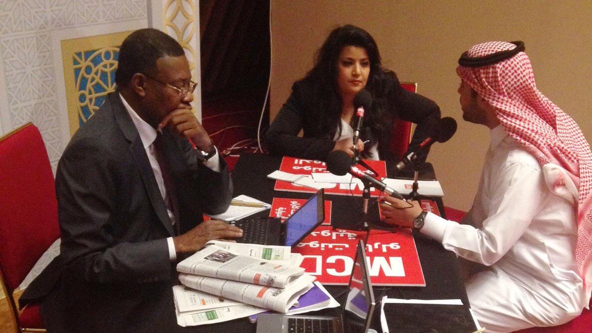 رامتان عوايطية برفقة مراسلنا في قطر محمد المكي أحمد  وأيمن الحماد في استديوهات مونت كارلو الدولية بالدوحة ( سلمى الزراع)