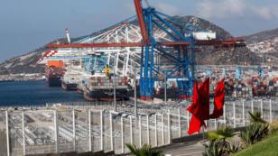 رافعات الحاويات في المحطة الأولى لميناء طنجة ميد في مدينة طنجة الشمالية على مضيق جبل طارق