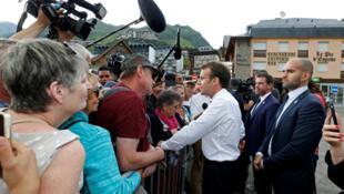 الرئيس الفرنسي إيمانويل ماكرون يصافح مواطنين جنوب غرب فرنسا