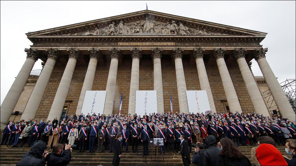 خلال تحيّة للأستاذ صامويل باتي أمام البرلمان الفرنسي في العاصمة باريس