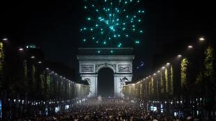 الجمهور الفرنسي يحتفل بفوز فرنسا وتأهلها إلى نهائي كأس أوروبا، باريس (07-07-2016)