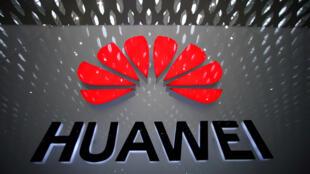 صورة شعار شركة هواوي  في مطار الدولي في  الصين