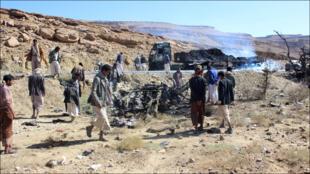 يمنيون يتفقدون آثار غارة شنتها قوات التحالف بقيادة السعودية