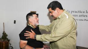 الرئيس الفنزويلي نيكولاس مادورو يستقبل دييغو أرماندو مارادونا يوم 21 يناير/ كانون الثاني 2020 في العاصمة كاراكاس.