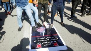 متظاهرون عراقيون يعبرون عن رفضهم لعلاوي